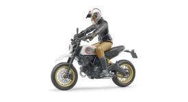 Bruder 63051 Scrambler Ducati Desert Sled mit Fahrer, Maße: 18,9 x 4,4 x 15,2 cm, Kunststoff, ab 4 Jahre.